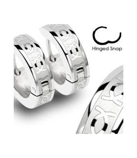 Flotte Hoop huggies øreringe med CC i kirurgisk stål
