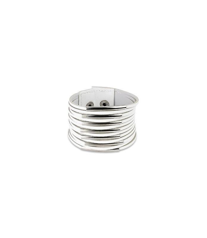 Lækkert hvidt opslidset læder armbånd udsmykket med polerede stålhylstre