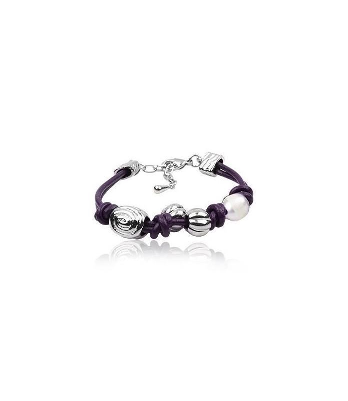 Mørk lilla læderarmbånd med perler og snegle/roset-formet stålperler