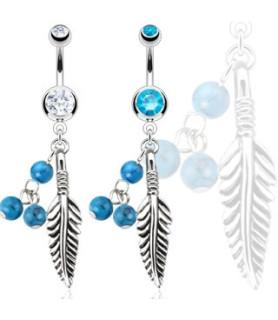 Navlesmykke med fjer og små tyrkis farvede perler.